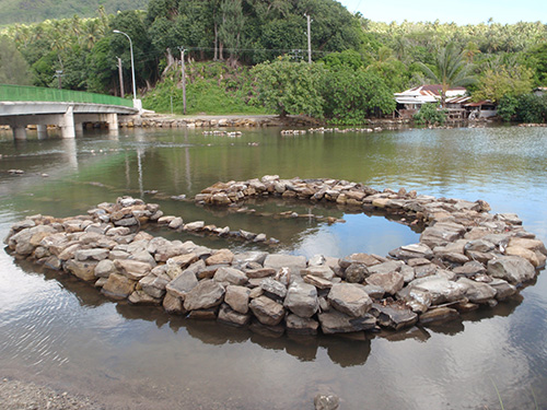 how to make a fish trap in a river
